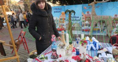 Умілиця з Тернопілля Ольга Жирук вбирає посуд у вишуканий декор