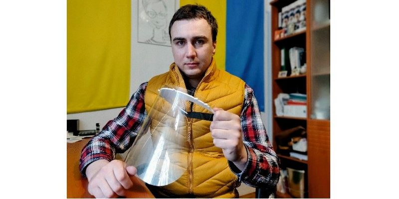 Понад 2 тисячами захисних екранів обличчя медиків Тернопільщині зумів забезпечити один волонтер