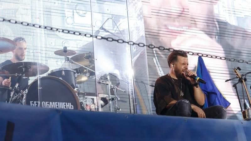 <strong>У Тернополі відбувся ексклюзивний концерт гурту БЕZ ОБМЕЖЕНЬ — для публіки в автівках (фото)</strong>
