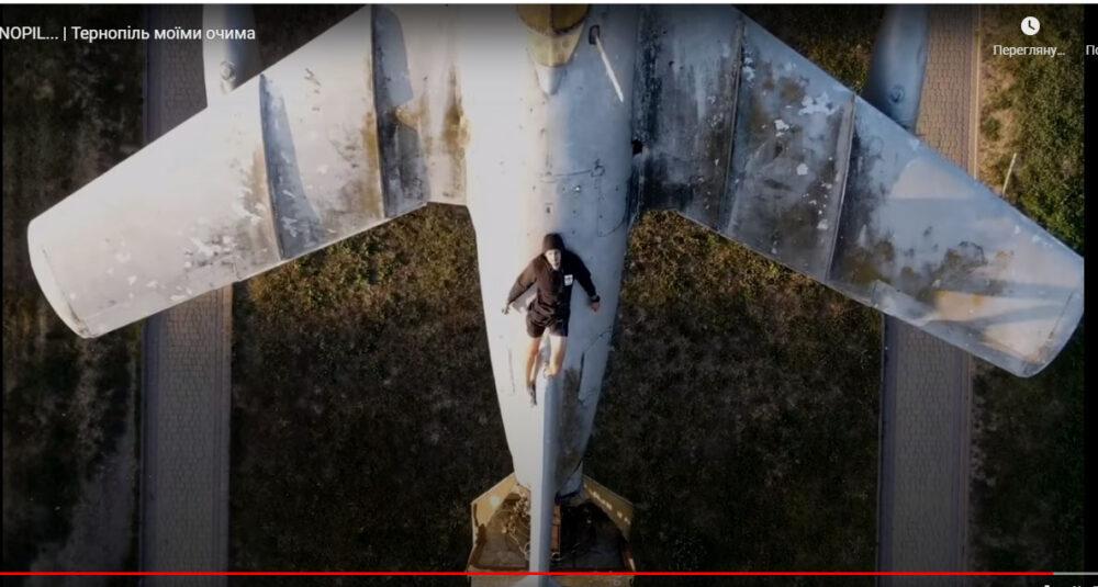 Екстремал у Тернополі виліз на літак і на дах водної арени (відео)